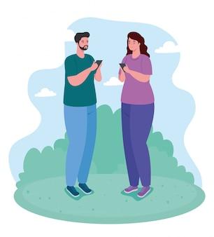Pareja con smartphone al aire libre, redes sociales y concepto de tecnología de comunicación