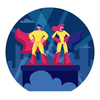 Pareja de superhéroes hombre y mujer vestidos con trajes amarillos y capas rojas de pie con los brazos akimbo en los reflectores de iluminación del techo del edificio. ilustración plana de dibujos animados