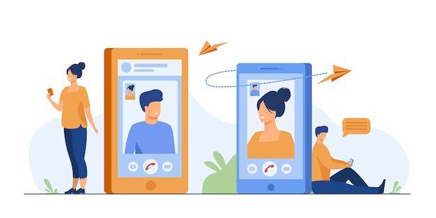 Pareja con teléfonos inteligentes hablando por videollamada