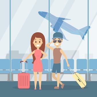 Pareja en la terminal caminando con equipaje y sonrisa.