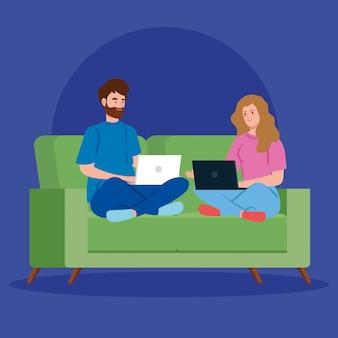Pareja trabajando en teletrabajo con laptop en sofá