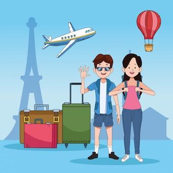 Pareja de turistas con personajes de lugares famosos
