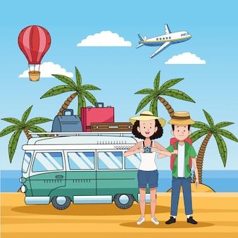 Pareja de turistas en la playa con furgoneta