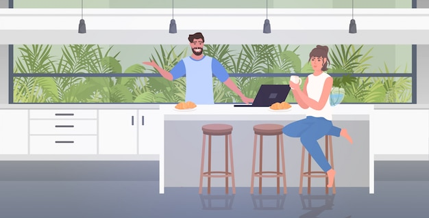 Pareja usando laptop tomando café pasando tiempo juntos quedarse en casa coronavirus pandemia cuarentena