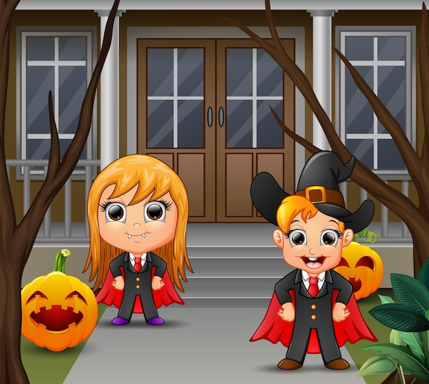 Una pareja de vampiros con el pelo amarillo de pie delante de la casa.