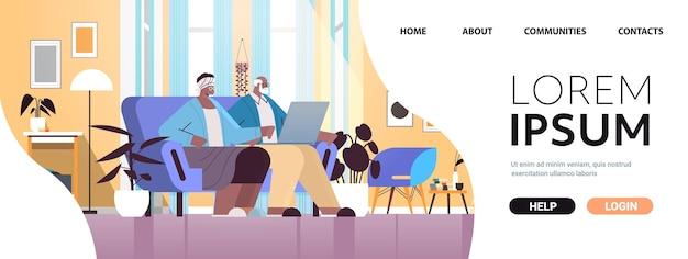 Las parejas ancianas con abuelos portátiles relajándose en casa concepto de comunicación en línea de la red de medios sociales