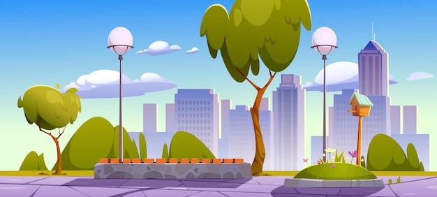 Parque de la ciudad con árboles verdes y césped, banco de madera y edificios de la ciudad en el horizonte
