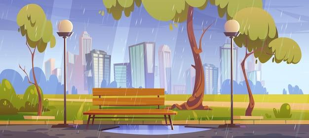 Parque de la ciudad con banco en tiempo lluvioso.