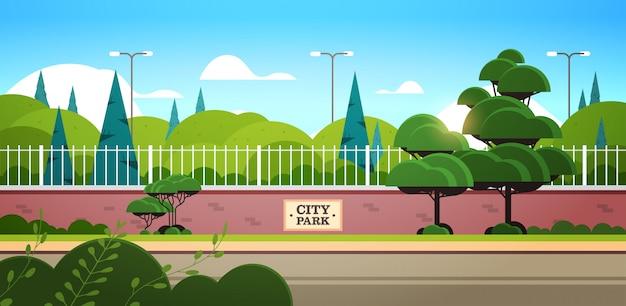 Parque de la ciudad tablero de la muestra en la valla hermoso día de verano amanecer paisaje horizontal de fondo