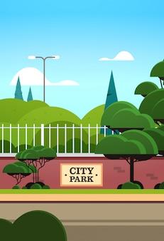 Parque de la ciudad tablero de la muestra en la valla hermoso día de verano amanecer paisaje vertical de fondo