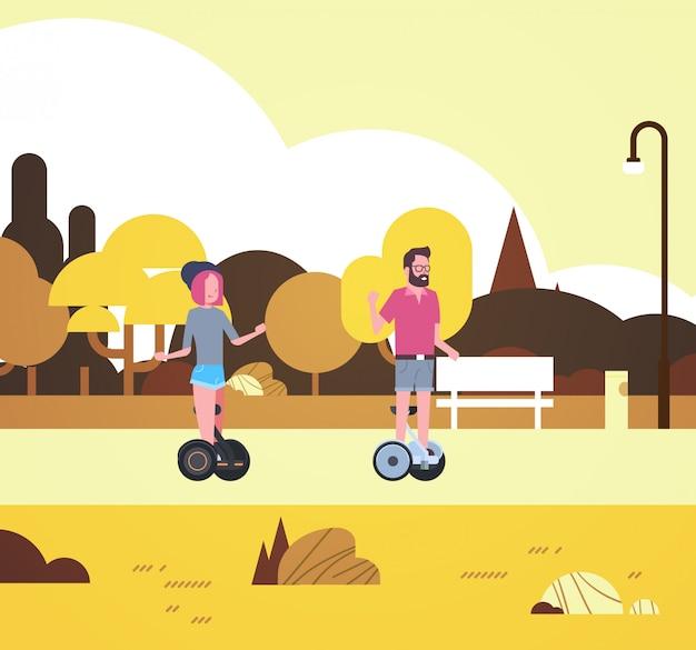 Parque urbano otoño actividades al aire libre hombre mujer equitación gyroscooter caminando ciudad edificios farolas paisaje urbano concepto horizontal plano