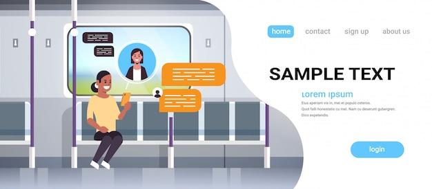 Pasajero del metro utilizando el concepto de comunicación de burbuja de chat de red social de teléfono inteligente