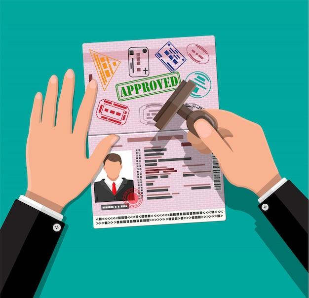 Pasaporte internacional y sello en mano