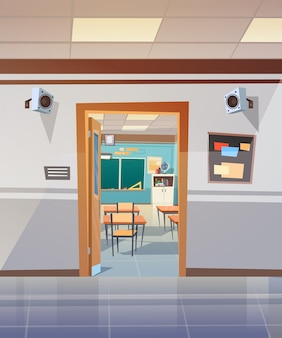 Pasillo escolar vacío con puerta abierta
