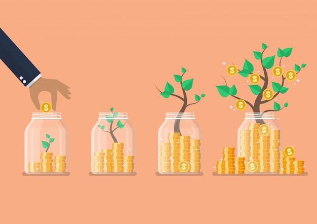 Paso de mano ahorrando monedas en frascos de vidrio con árboles de dinero