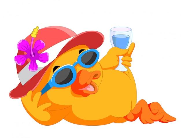 Pato descansando y relajándose en la playa