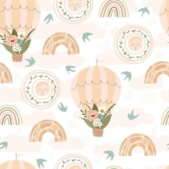 Patrón sin costuras para niños con arco iris, globo aerostático, sol, pájaro y flor en colores pastel.