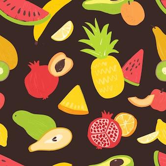 Patrón con dulces sabrosas frutas maduras orgánicas sobre fondo negro.