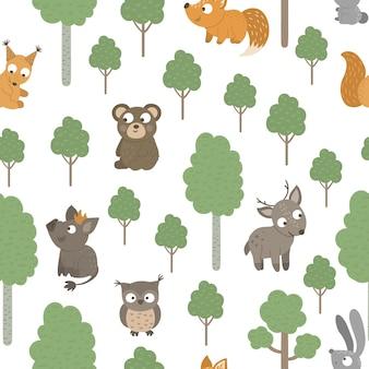 Patrón sin fisuras de animales bebé divertidos dibujados a mano con árboles.