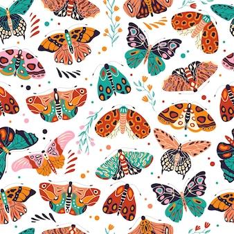 Patrón sin fisuras con coloridas mariposas y polillas dibujadas a mano. insectos voladores estilizados con flores y elementos decorativos.