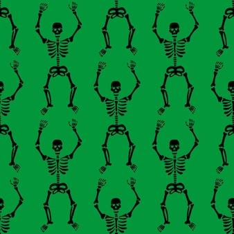 Patrón sin fisuras con esqueletos negros bailando y divirtiéndose sobre un fondo verde.