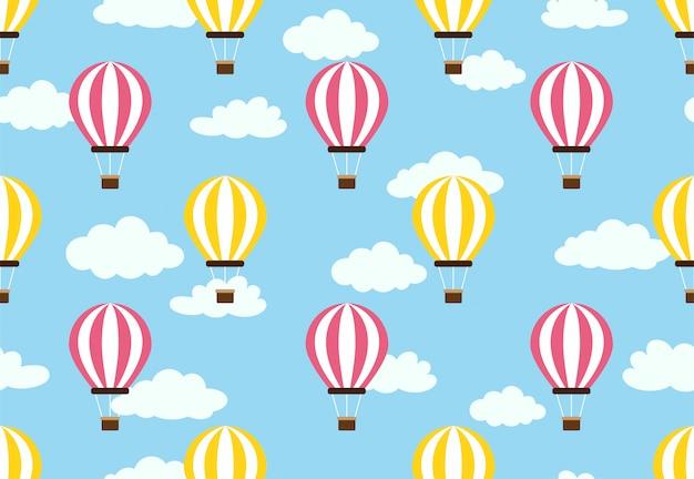 Patrón sin fisuras de globo de aire caliente en el cielo de nubes