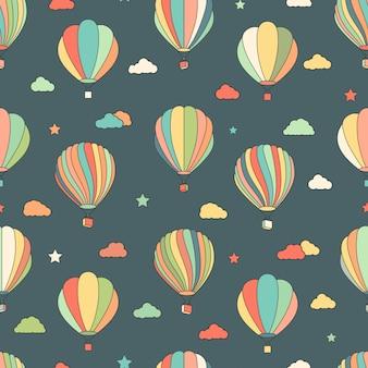 Patrón sin fisuras con globos de aire caliente, estrellas, nubes