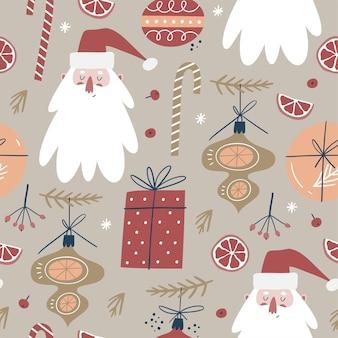 Patrón sin fisuras de invierno con un lindo santa y adornos navideños.