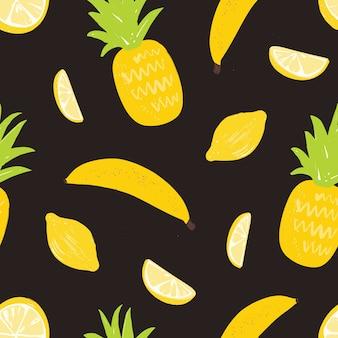 Patrón sin fisuras con limones, piñas y plátanos sobre fondo negro. telón de fondo con deliciosas frutas jugosas orgánicas exóticas dulces. ilustración plana tropical para impresión de tela, papel de regalo.