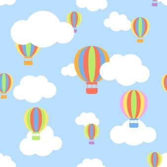 Patrón sin fisuras con nubes y aerost de dibujos animados de diferentes colores