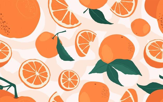 Patrón sin fisuras con ramas de naranjas sobre un fondo beige.
