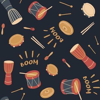 Patrón sin fisuras con tambores de percusión, palos de batería, djembé, pandereta, maracas, día de la música