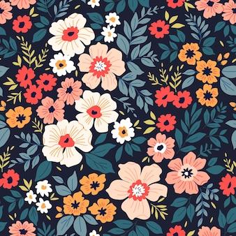 Patrón lindo en pequeñas flores de colores fondo azul oscuro patrón floral transparente