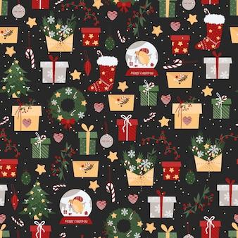 Patrón de navidad con regalos, sobres, calcetines, dulces sobre un fondo oscuro.