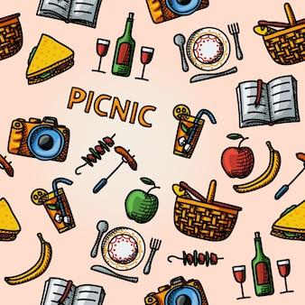 Patrón de picnic dibujado a mano en color: canasta, plato con cuchara, sándwich, cámara de fotos, vino, copa con cóctel, manzana y plátano, barbacoa, libro.