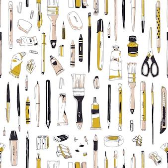 Patrón transparente realista con papelería, utensilios de escritura, herramientas de dibujo o suministros de arte dibujados a mano en blanco