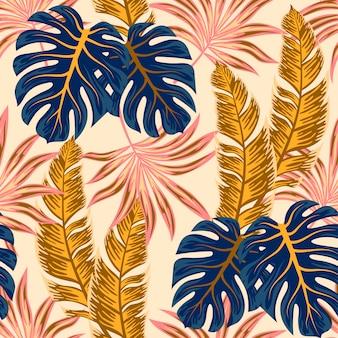 Patrón tropical transparente botánico con plantas brillantes y hojas sobre un fondo beige