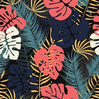 Patrón tropical transparente de verano con coloridas hojas de palma de monstera y plantas sobre fondo oscuro