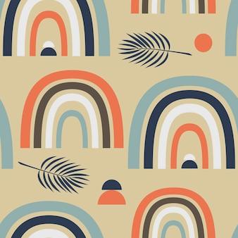 Patrón de vector transparente con arco iris abstracto multicolor y hojas de palma en estilo boho en beige