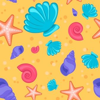 Patrón de verano con conchas en la arena.