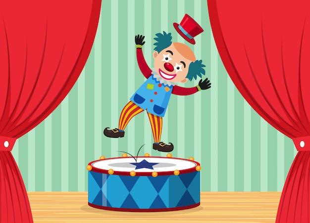 Un payaso de circo en el escenario.