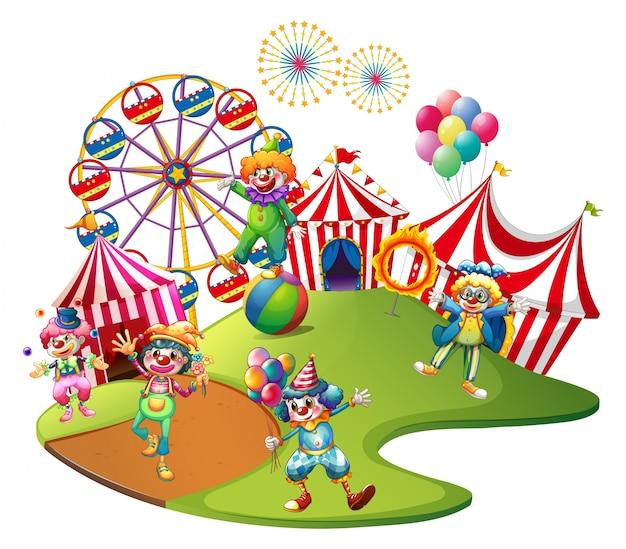 Payasos actuando en el circo