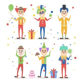 Payasos divertidos con juguetes y decoraciones.