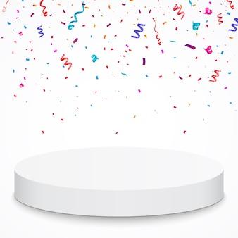 Pedestal con confeti de colores aislados sobre fondo gris.