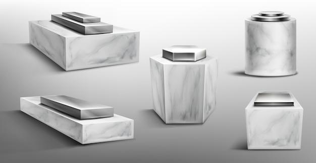 Pedestales de mármol con plataforma metálica en la parte superior para exhibir productos