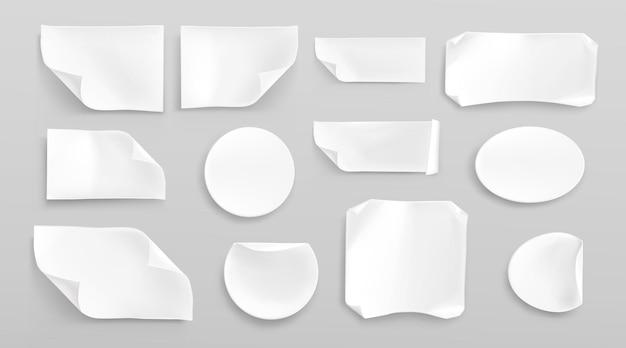 Pegatinas de papel blanco o parches pegados arrugados