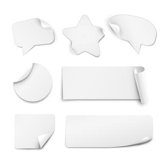 Pegatinas de papel blanco realistas en forma de círculo, estrella y bocadillo aislado sobre fondo blanco.