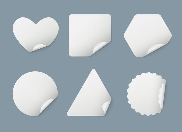 Pegatinas realistas. etiquetas engomadas de marcadores de papel blanco envueltas con plantilla de sombras