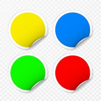 Pegatinas redondas en blanco con esquinas rizadas sobre fondo transparente