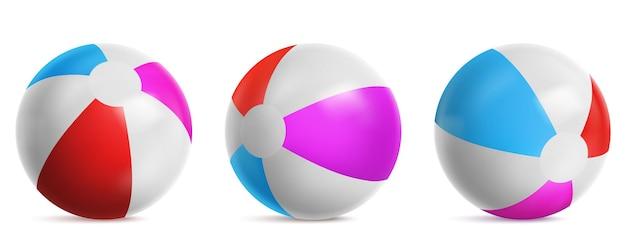 Pelota de playa inflable, globo aerostático a rayas para jugar en el agua, mar o piscina. vector conjunto realista de pelota de playa de goma brillante con colores azul, rojo y rosa aislado sobre fondo blanco.